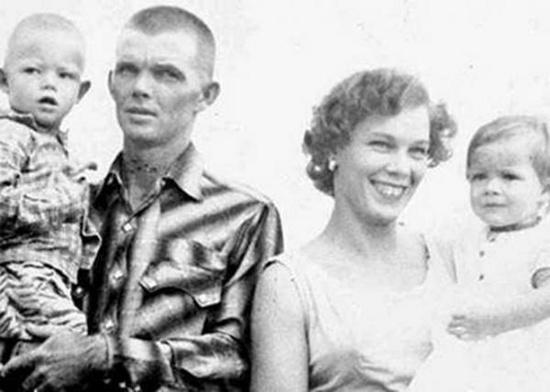Vợ chồng Cliff và Christine Walker cùng hai con.