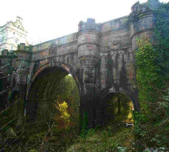 Cầu Overtoun bắc qua suối Overtoun Burn và có độ cao 15m.
