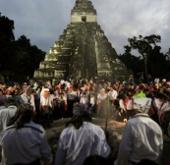 """Du khách phá hỏng đền Maya trong """"ngày tận thế"""""""