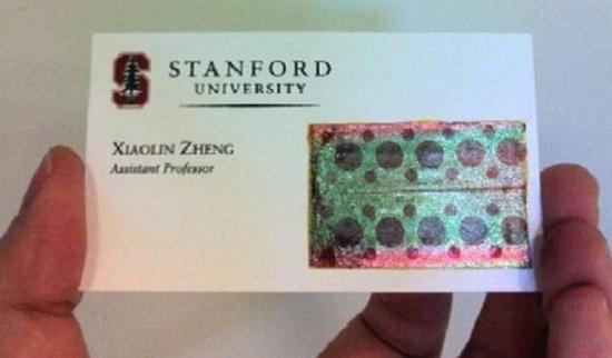 Một nhà nghiên cứu dán tấm pin mặt trời siêu mỏng trên danh thiếp.