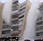 Video: Nước sôi hắt từ ban công đóng băng trước khi chạm đất