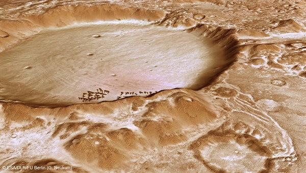 Vệ tinh thăm dò sao Hỏa độ nét cao ESA chụp lại khu vực phủ đầy băng tuyết trên Hành tinh đỏ.