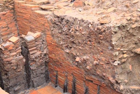 Hố khai quật sâu tới hơn 4m, phát lộ nhiều tầng dấu tích qua nhiều thời kỳ lịch sử.