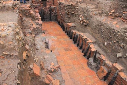 Đặc biệt các nhà khảo cổ đã làm phát lộ một đường nước rộng 2m kéo dài từ đông sang tây.