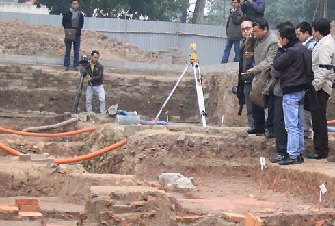 Các chuyên gia nghiên cứu ngay tại hố khai quật.