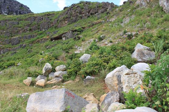 Núi Xuân Đài ở xã Vĩnh Ninh, huyện Vĩnh Lộc (Thanh Hóa) - nơi  phát hiện công trường khai thác đá cổ để xây dựng Thành Nhà Hồ.