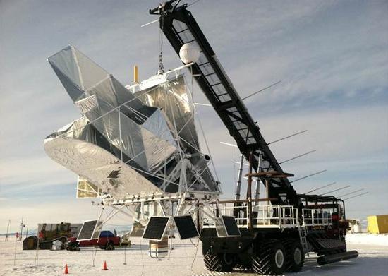Xe cẩu đưa kính thiên văn BLAST tới trạm nghiên cứu  McMurdo trước khi nó bay lên trời cùng khí cầu.