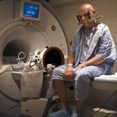 Sóng siêu âm giúp chữa chứng run tay ở người lớn tuổi