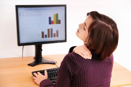 Dân văn phòng phải đứng nhiều hoặc ngồi nhiều dễ mắc các bệnh đau vai gáy, đau lưng