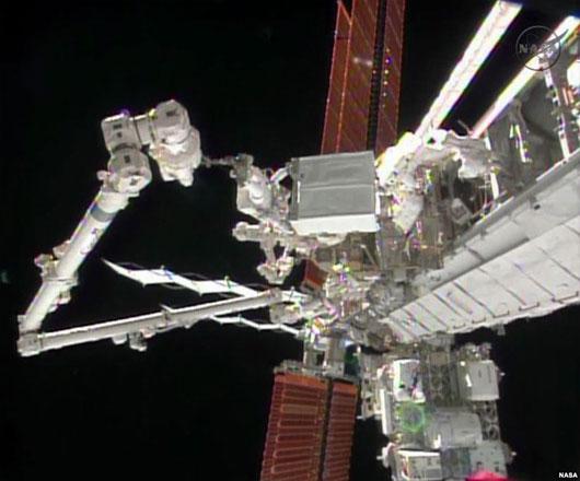 Trạm Vũ trụ Quốc tế được sửa trong đêm Giáng sinh