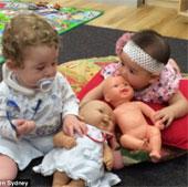 Phát hiện mới: Bé trai thích chơi búp bê hơn so với ô tô đồ chơi