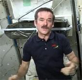 Video: Phi hành gia uống nước tiểu trong vũ trụ