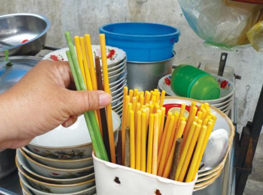 Nguy cơ nhiễm độc từ đũa nhựa, đũa gỗ