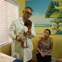 Bác sĩ đến từ California, Mỹ chia sẻ clip giúp trẻ nín khóc trong tích tắc