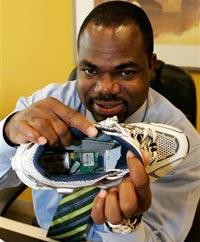 Giày giúp định vị chủ nhân qua vệ tinh