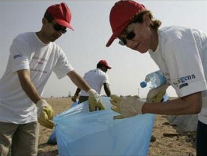 Nhân viên Đại sứ quán Anh ở Rabat lượm rác bờ biển