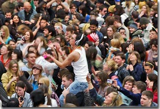 Chẳng dễ để tìm người quen trong đám đông