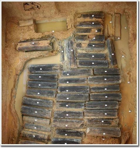 Một ngôi mộ 2.500 năm tuổi chứa gần 48 nạn nhân của tục tế người vừa được khai quật ở miền đông Trung Quốc.