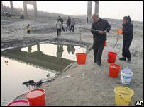 Ô nhiễm làm đổi màu các con sông ở Trung Quốc