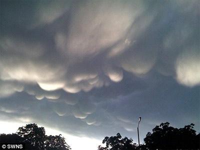 Đám mây bong bóng kỳ lạ trên bầu trời Anh