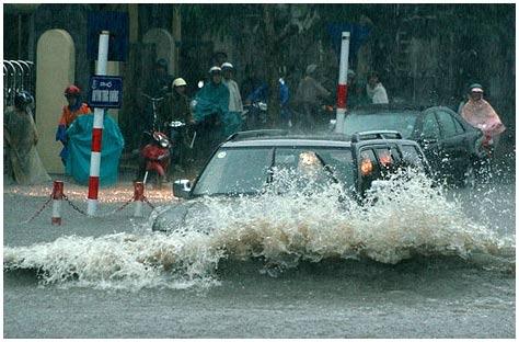 """Cách xử lý khi xe """"bơi"""" trong nước"""