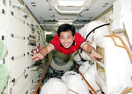 Phi hành gia Nhật bay trên thảm