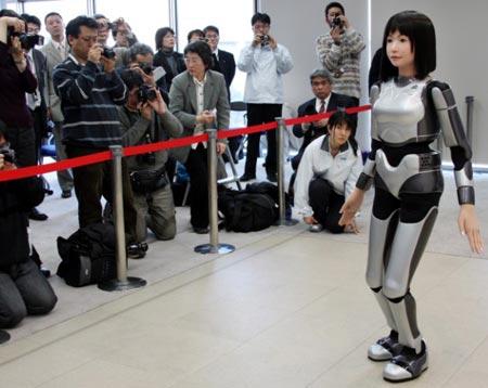 Robot người mẫu trên sàn catwalk
