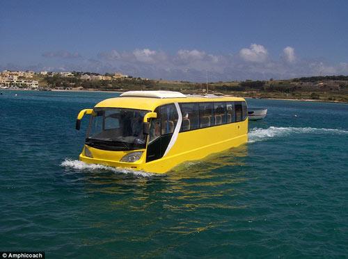 Xe bus lội nước chinh phục thế giới