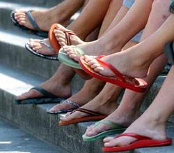 Đi dép tông có thể gây nên các vấn đề sức khỏe của chân