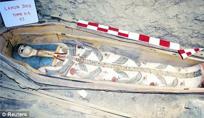 Phá 53 tấn đá để tìm xác ướp đẹp