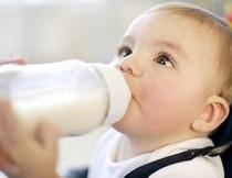 Vì sao trẻ uống sữa công thức bụ hơn?
