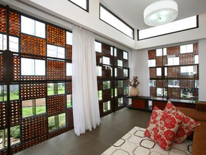 Ngôi nhà làm bằng 30.000 chai thủy tinh