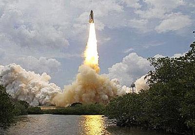NASA phóng tàu sửa kính viễn vọng