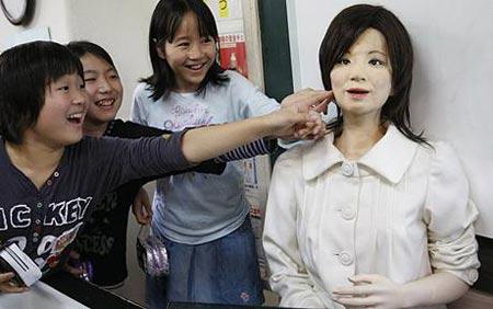 Cô giáo người máy đứng lớp tại Nhật