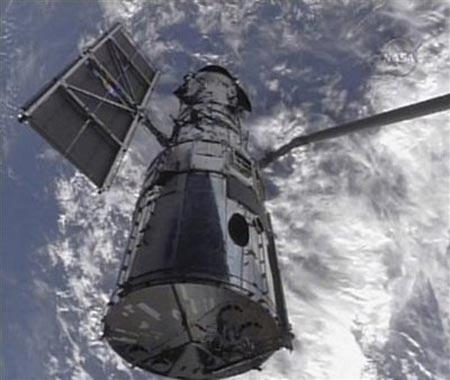 Tàu con thoi gặp kính viễn vọng không gian