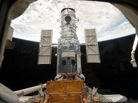 Cận cảnh sửa kính viễn vọng ngoài không gian
