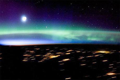 Bắc Cực và Nam Cực lung linh nhìn từ vũ trụ