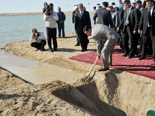 Turkmenistan xây hồ trên sa mạc