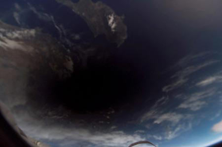 Ngắm bóng mặt trăng trên trái đất từ vũ trụ