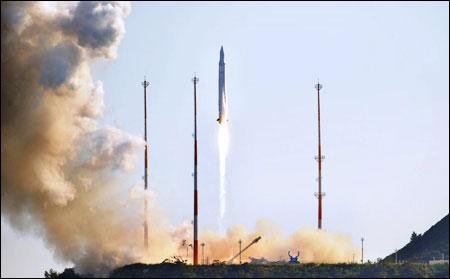 Hàn Quốc phóng tên lửa mang vệ tinh
