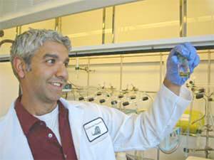 Nhà khoa học trẻ chế tạo pin mặt trời giá rẻ