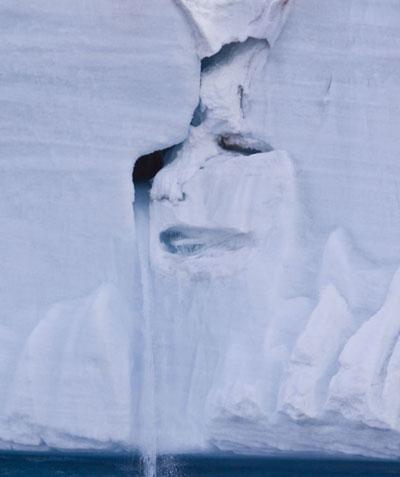 Khuôn mặt người khóc trên khối băng