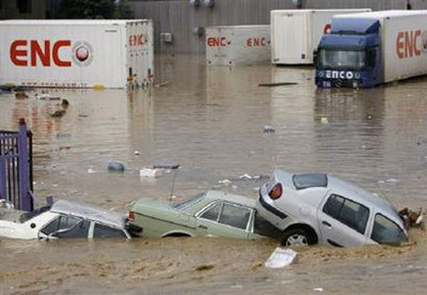 """Ôtô """"bơi"""" trong lũ dữ ở Thổ Nhĩ Kỳ"""