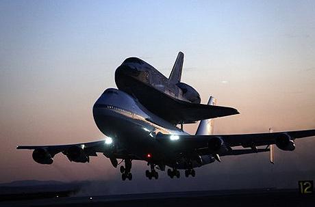 Boeing 747 cõng Discovery về Florida