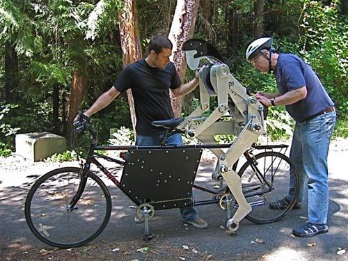 Robot phụ đạp xe