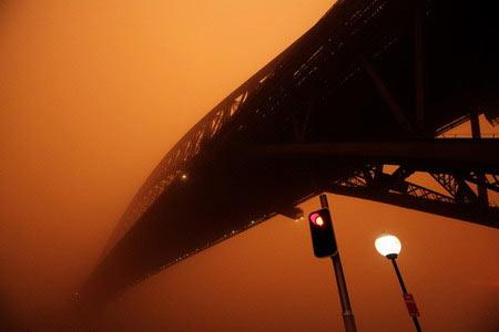 Sydney đỏ rực vì bão cát bất thường