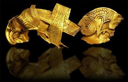 Một miếng vàng khắc hình hai con đại bàng được ngăn cách bởi một con cá.