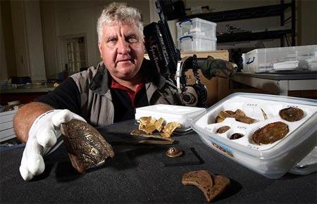 Toàn bộ những thứ khai quật được sẽ thuộc về ông Herbert và người chủ cánh đồng nơi kho báu được phát hiện ra.