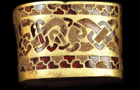 Các chuyên gia cho biết mẻ vàng gồm 1.500 vật có thể từng thuộc về hoàng gia Saxon từ thế kỷ 7.