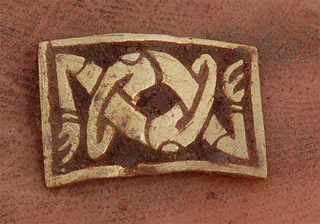 Miếng vàng có hình hai cánh tay đan vào nhau.